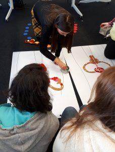 Menschen mit Lernschwierigkeiten lernen über ein Puzzle körperliche Abläufe kennen. Foto: Wildwasser
