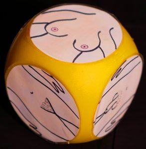 Menschen mit Lernschwierigkeiten müssen das Bild erklären, das sie gewürfelt haben. Foto: Roth