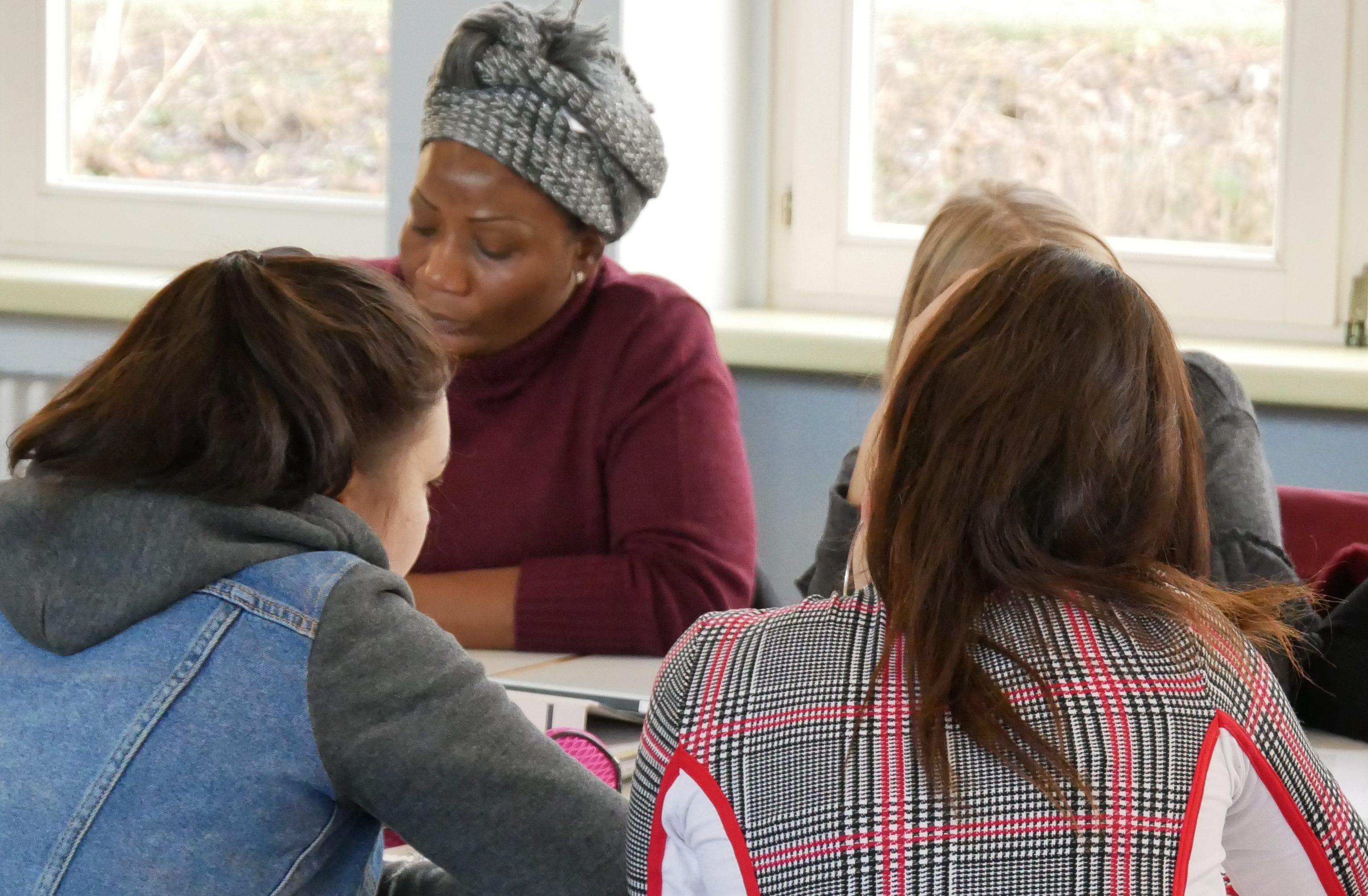 Fachschülerinnen üben sich an einem Schutzkonzept in Einfacher Sprache. Foto: Roth